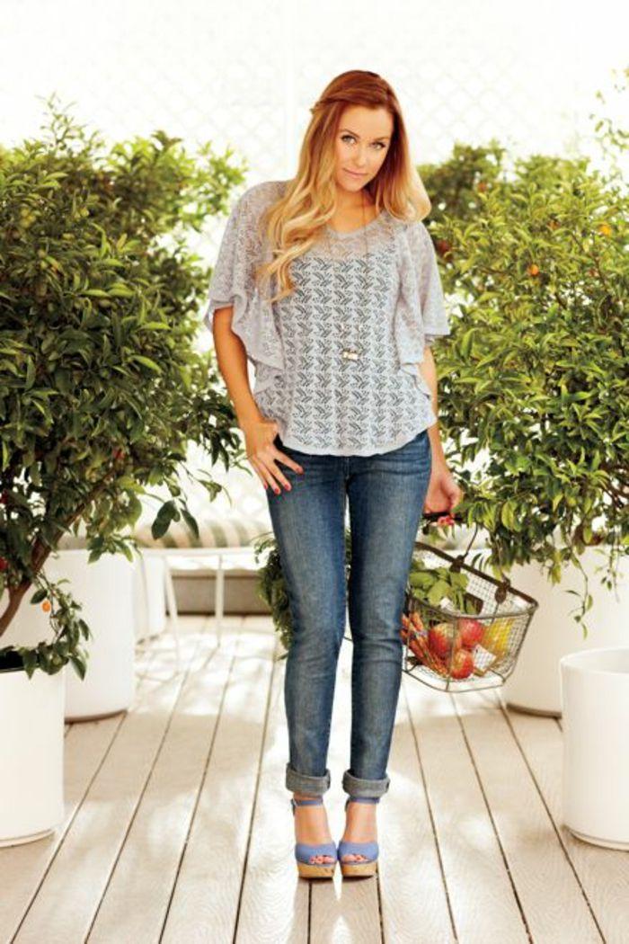 vestirsi-casual-fare-la-spesa-donna-jeans-zeppe-maglietta-volant-capelli-lunghi-biondi