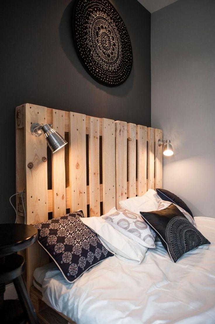 déco noir et blanc dans la chambre, murs gris et lit en bois massif                                                                                                                                                                                 Plus