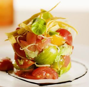 Veelkleurige tomatensalade met avocado en kaas