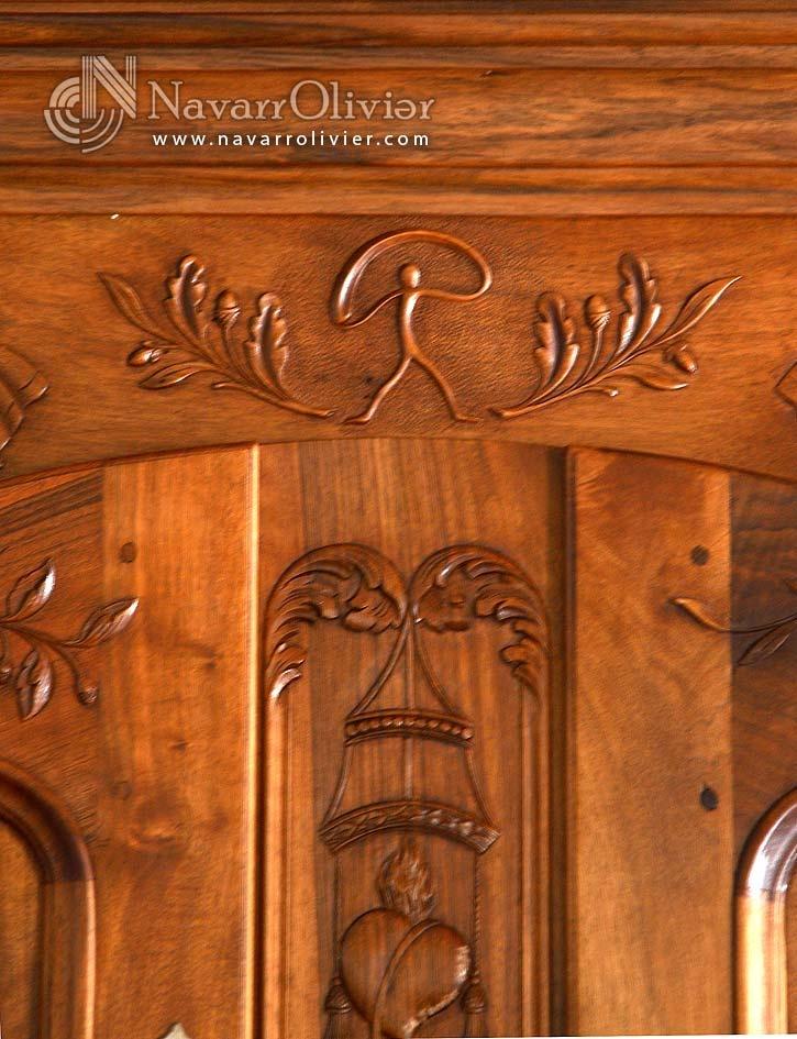 Representación de la figura del Indalo de Almería tallado en madera. by navarrolivier.com  #mobel #talla #artisan #tallado #madera #nogal #indalo #provensal #ebanisteria #menuiserie