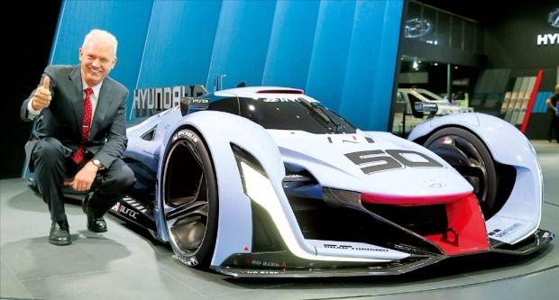 알버트 비어만 현대자동차 고성능차개발담당 부사장이 15일 프랑크푸르트모터쇼에서 'N 2025 비전 그란 투리스모 쇼카'를 소개하고 있다. 현대차 제공
