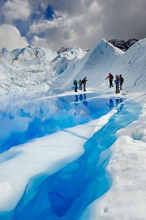 絵の具で描いたように青く美しい水。南米のアンデス山脈の見所!