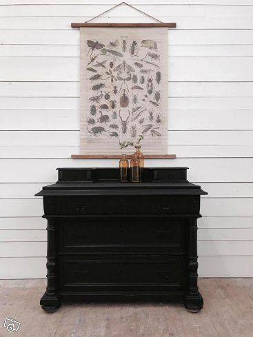 Design av VillaAntik  02557 Black beauty H: 88cm B: 102cm D: 56cm Pris: 3750:-  Relevanta sökord: skrivbord, chiffonjé, klaffbyrå, sekretär, byrå, förvaring, spegelbyrå  Kombinera gärna denna möbel med våra andra möbler i stil med vintage, allmoge, l...