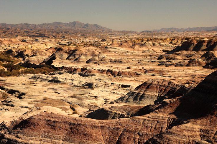 """El Parque Provincial Ischigualasto, popularmente llamado """"Valle de la Luna"""", está ubicado en la provincia de San Juan. Es uno de los más importantes yacimientos paleontológicos del mundo. Su impactante despliegue de coloraciones ocupa una extensión de 25 Km de largo por 10 de ancho, un verdadero regalo de la naturaleza a los sentidos.  #Argentina   #ArgentinaEsTuMundo   #ValleDeLaLuna   #Ischigualasto   #SanJuan   #Cuyo   #CuyoArgentino   #Patrimonio   #PatrimonioMundial   #Paisaje"""