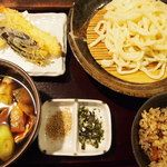 ⭐️武蔵野うどん じんこ 11:30〜。肉ネギつけうどん/天ぷら3種/かやくご飯で¥1,000!