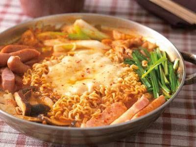 コウ ケンテツ さんの豚バラ肉を使った「プデチゲ」。ソーセージやラーメンなどが入った、若者に人気のパンチのある鍋です。キムチをしっかり炒めるのが、おいしさアップの秘けつ! NHK「きょうの料理」で放送された料理レシピや献立が満載。