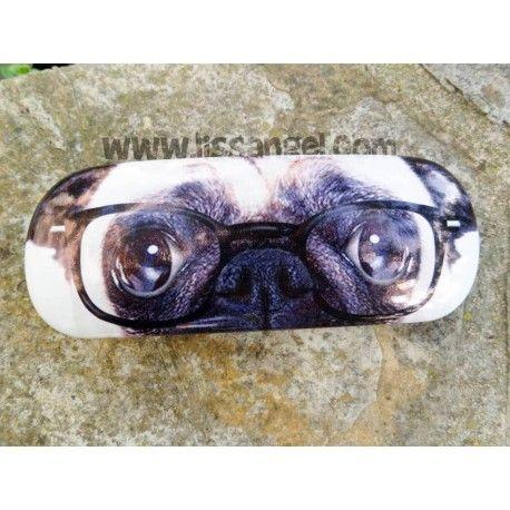 ¡Protege tus delicadas #gafas con nuestros #estuches para gafas de #animales! Este modelo es de estructura rígida, y dispone de un suave forro interior que protegerá tus gafas de todo movimiento. Además, si te gustan los #perros de raza #carlino, lo encontrarás en la tapa, con sus gafas y todo :)  Medidas exteriores: 16cm x 6cm x 3,5cm Medidas útiles interiores: 14,5cm largo x 4,8cm de ancho #Animales #perro #estuche