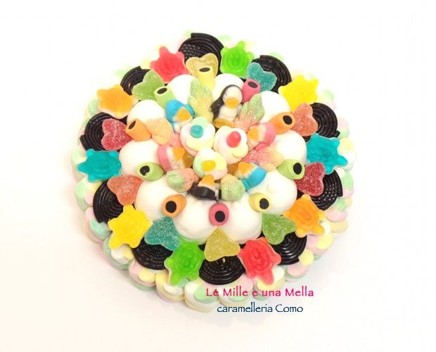 torta di caramelle realizzata con marshmallow, caramelle gommose e liquirizia