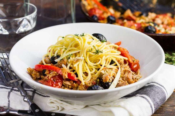 Recept voor spaghetti voor 4 personen. Met zout, water, olijfolie, peper, spaghetti (pasta), tonijn uit blik, tapenade , zwarte olijven, tomaat, paprika en ui