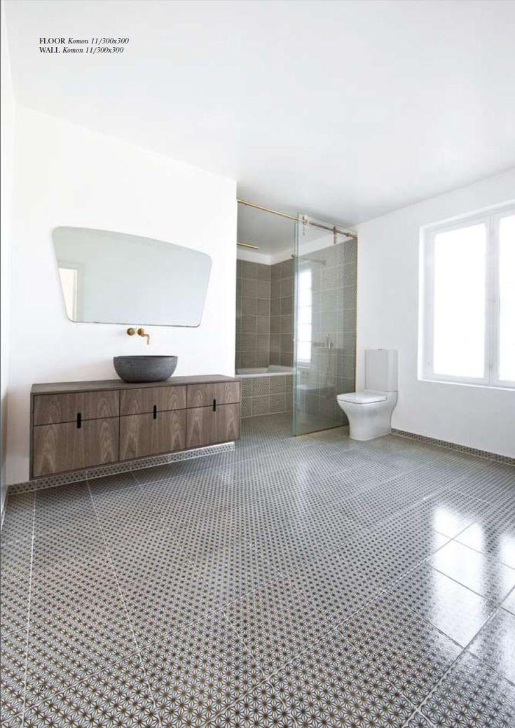 Patterned bathroom tiles//