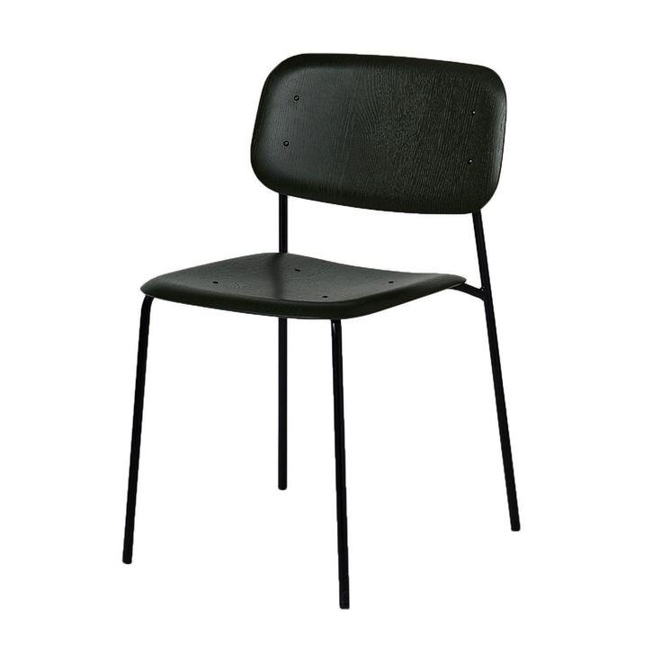 Soft Edge stol av Iskos-Berlin för HAY bygger på den senaste tekniken inom formpressning av plywood. Med Soft Edge har Boris Berlin och Aleksej Iskos lyckats skapa en stol med en sits och ryggstöd där samtliga skarpa kanter är vända bort från kroppen när du sitter i den. Dessa stolar är stapelbara, upp till 4 st, vilket även gör dem lämpliga för diverse offentliga miljöer. Välj mellan betsat trä i flera olika färger, mattlackad och en kombination av oljad och rökt ek.