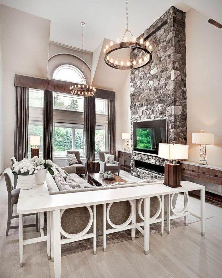 Gemütliches Wohnzimmer mit Bartresen um den Couch herum