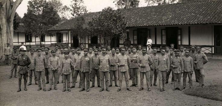 Detachement van het Oost Indische Leger KNIL/K.N.I.L. dat bij de begrafenis van Generaal Van Heutsz op 9 juni 1927 aanwezig is. De foto is gemaakt door 'de correspondent van Het Leven' voor de kazerne in Tjimahi (Nederlandsch Indië) voor hun vertrek naar Nederland.