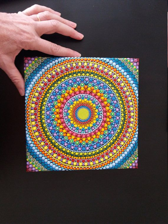 Mandala pintado a mano sobre en un lienzo sobre un bastidor de madera de 20 x20 cm (7,85) y 1,5 cm de profundidad. Iniciando en un único punto central se crea este mandala bidimensional único, con técnica de puntillismo, avanzando punto por punto y hasta completar la totalidad del