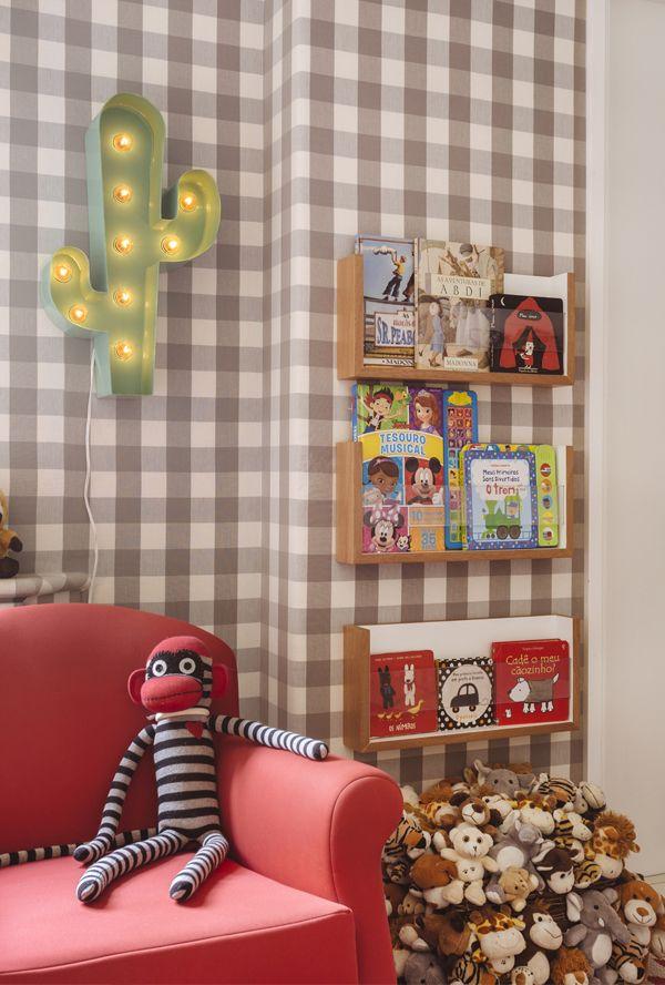 Quarto de menino com cama cabana e decor em banco, cinza e vermelho - Constance Zahn | Babies & Kids