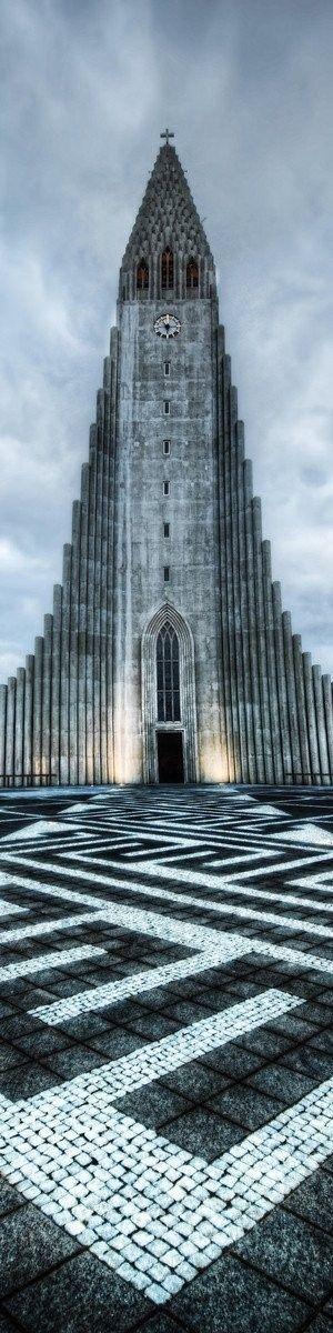 Igreja Paroquial Luterana de Hallgrimur, em  Reykjavik, Islândia. É a mais alta na Islândia, com uma altura de 74,5 metros. Desenhada por Guðjón Samuelsson, esta igreja assemelha-se ao fluxo de lava de basalto da paisagem da Islândia. A igreja levou 38 anos para ser construída completamente, de 1945-1986.  Fotografia: http://www.architecturendesign.net