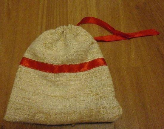 Bolsa con flor horizontal y cierre de corchete.