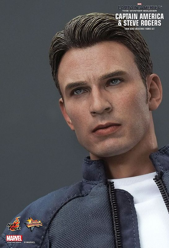 HOT TOYS STEVE ROGERS/CAPTAIN AMERICA:WINTER SOLDIER ACTION FIGURE