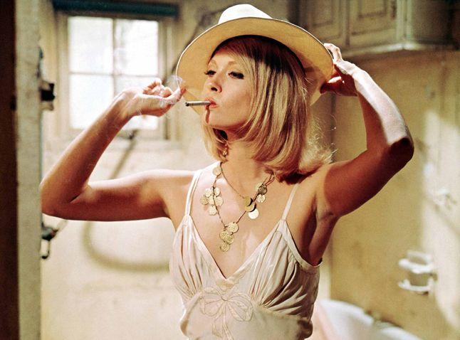 Ikonikus filmek, svájcisapka, kalap, nadrágkosztüm - Faye Dunaway 75 éves lett. A mindig elegáns és vonzó Faye fiatalon szépségkirálynő volt, az idők során pedig jelentős mennyiségű filmben játszott. A kultfilmmé lett legjobbak mára sem merültek feledésbe: Bonnie és Clyde, Kínai negyed, Hálózat. Mindháromért Oscar-díjra jelölték, a Hálózatért meg is kapta.