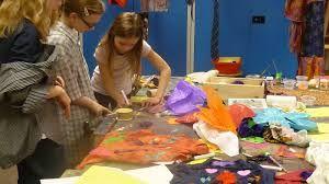 """Atelier Saskia Griepink. Mode ontwerp. Van door kinderen zelf meegebrachte oude kledingstukken nieuwe kleding ontwerpen. Aan het einde van de les een show op de """"catwalk"""" nodig: schaar, stoflijm, naald en draad, knopen, kralen enz,"""