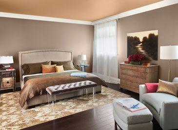 Dormitorio decorado siguiendo un esquema de colores monocromáticos cálidos