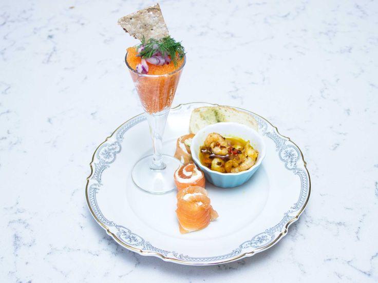 Laxrulle med löjrom och chiliräkor | Recept från Köket.se