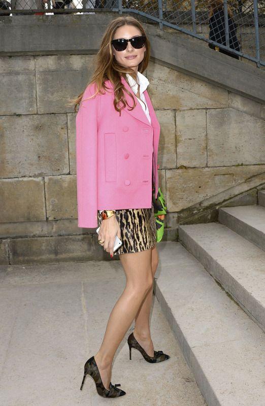 Olivia Palermo eligió una mini falda con print de leopardo, una camisa sedosa y una americana recta en tono rosa chicle. Sencillamente perfecta.