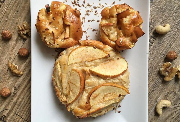 Hierzu braucht ihr: 150g körnigen Frischkäse (#lowfat) + 50g Magerquark (ein voller Becher Frischkäse 200g geht natürlich auch), 30g Dinkelmehl, 30g Whey (ich habe das Vanilla #Whey Protein Isolate von @hulkandharmony genutzt), 1Ei, 1TL Backpulver, Vanilla Flavdrops zum Süßen sowie einen Apfel (etwa 100g) und viel viel Zimt! ✅#Rezept: 1️⃣In einer Schüssel alle Zutaten bis auf den Apfel vermengen. Mit Zimt und Flavdrops süßen. 2️⃣Den Apfel in kleine Stücke schneiden und ebenfalls vorsichti