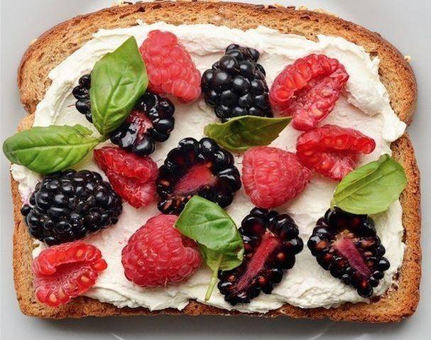 Une tartine au fromage frais, fruits rouges et basilic pinterest petit dejeuner été