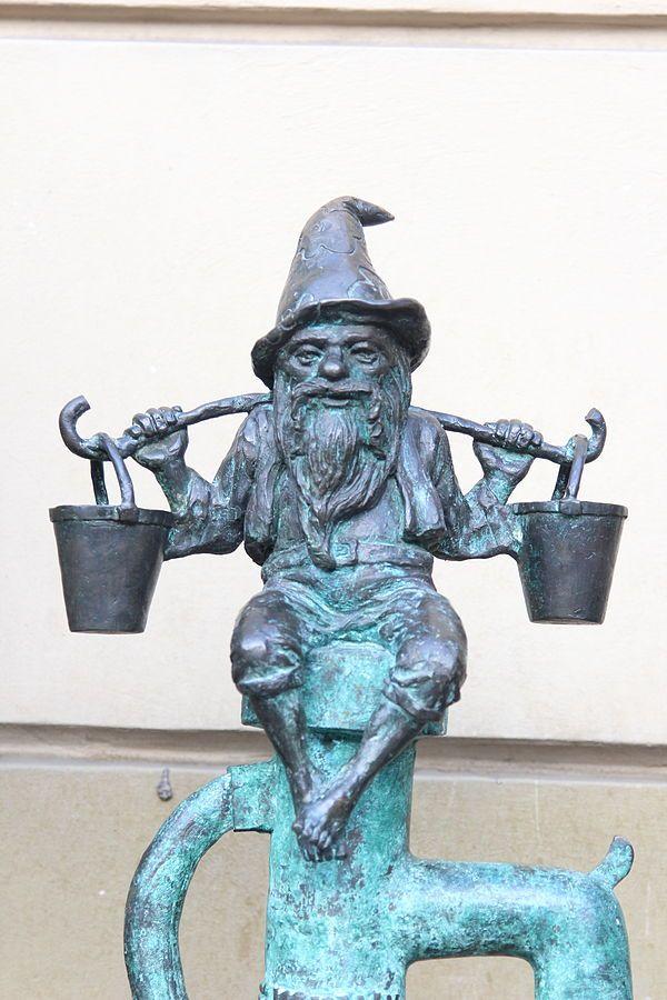 Wodziarz (Water-keeper), wrocławski krasnal znajdujący się niedaleko Browaru Spiż w Rynku Ratuszu; autor: Grzegorz Łagowski[