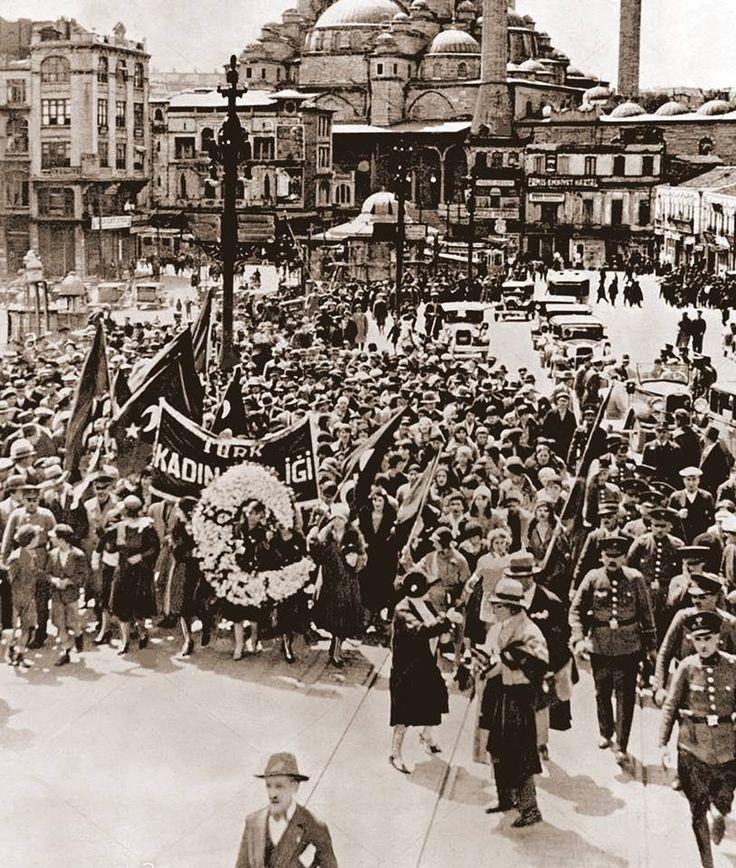 Türk Kadınlar Birliğinin, kadınların seçme ve seçilme hakkını kutladığı mitinge katılmak için köprüden Taksime çıkan bir grup...11-4-1930