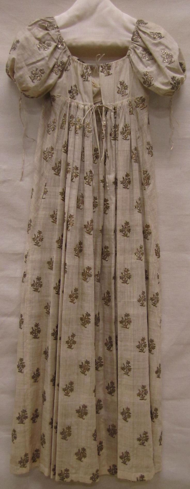Beautiful gold sprig embroidery. Evening gown (Avondjapon) ca. 1810, needlework with gold thread (neteldoek met gouddraadborduursel), Gemeentemuseum Den Haag.