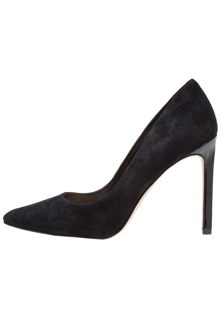 ¡Consigue este tipo de zapato de tacón de Nine West ahora! Haz clic para ver los detalles. Envíos gratis a toda España. Nine West TATIANA Tacones black: Nine West TATIANA Tacones black Ofertas   | Material exterior: cuero velour, Material interior: cuero de imitación/tela, Suela: fibra sintética, Plantilla: cuero de imitación | Ofertas ¡Haz tu pedido   y disfruta de gastos de enví-o gratuitos! (zapato de tacón, tacones, tacon, tacon alto, tacón alto, heel, heels, schuhe mit absatz,...