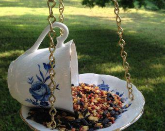 Ähnliche Artikel wie Tee Tasse Bird Feeder - Vintage Tasse und Untertasse, Bird Feeder Garten, Upcycled Vogelhäuschen, Vintage Vogelhaus, Mad Hatter Tea Party. auf Etsy