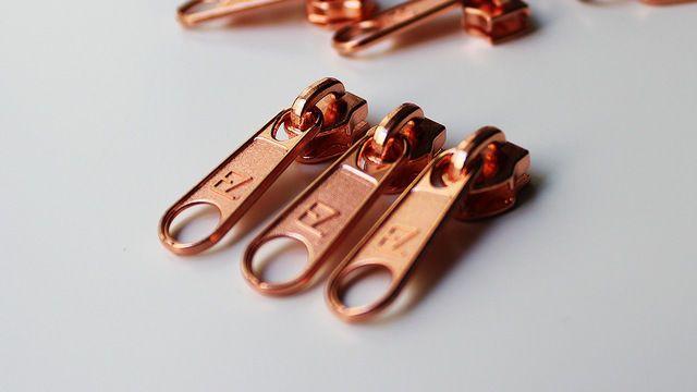 """####Die Quintessenz des Reißverschlusses####  Ohne Reißverschluss-Schieber ist der schönste Reißverschluss für die Katz'! Für die tollen Endlosreißverschlüsse des """"I'm sew happy""""-Design benötigst du den passenden Zipper. Wähle aus zwischen Gold, Silber und Kupfer!  ####I'm sew happy#### Hinter dem Label """"I'm sew happy"""" verbirgt sich die Designerin Sabine Milbrandt. Sie näht sich nicht um Kopf und Kragen, sondern sie näht sich glücklich! Und uns gleich mit: Nähen, Stricken, Handwerken…"""