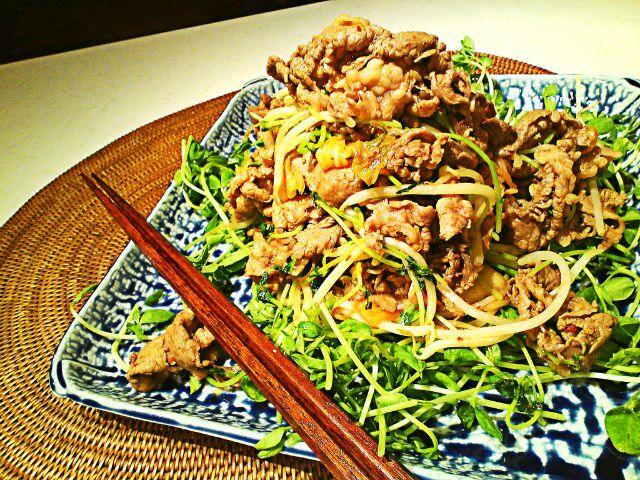 山盛りですが半分は野菜なのでヘルシーと思われる。 - 102件のもぐもぐ - Yuka Nakataさんの牛肉と豆苗のキムチ炒め by MakiHiro