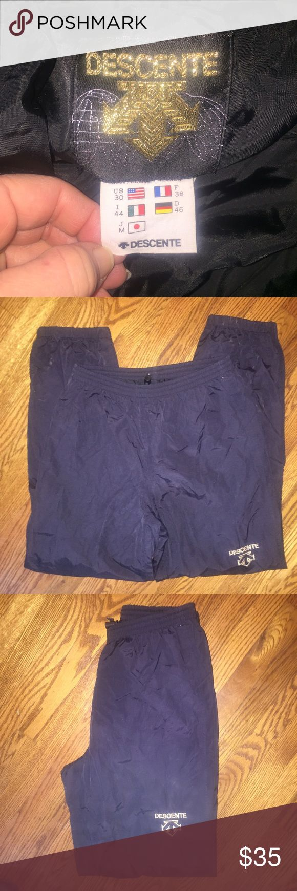 Mens or Womens Descente ski pants she'l...Size 30 Men's or Women's Descente ski/snowboarding shell pants...Size 30 with no rips or stains from a smoke free home! Descente Pants