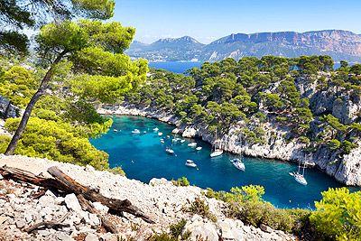 Le Parc National des Calanques, un des sites les plus remarquables de France, s'entend sur plus de 20 km autour de Marseille, des Goudes jusqu'à Cassis. #tourisme #vacances #mer #paysages #provence #calanques #marseille