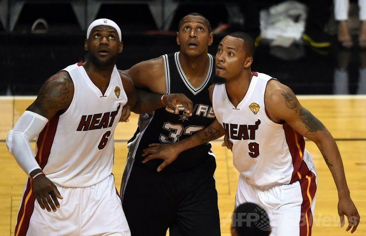 13-14NBAファイナル(7回戦制)、マイアミ・ヒート(Miami Heat)対サンアントニオ・スパーズ(San Antonio Spurs)第3戦。ポジションを競り合う(右から)マイアミ・ヒートのラシャード・ルイス(Rashard Lewis)、サンアントニオ・スパーズのボリス・ディーオウ(Boris Diaw)、マイアミ・ヒートのレブロン・ジェームズ(LeBron James、2014年6月10日撮影)。(c)AFP/Timothy A. CLARY