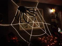Toile d'araignée géante fait avec des cordons lumineux de noël. Bricolages / décorations d'halloween à fabriquer soi-même (DIY) expliquées étapes par étapes avec photos. Tous les détails de la réalisation sur : http://www.maisonhanteesecretqueen.com #halloween #maison #hantee #projet #decoration #decor #toile #araignee