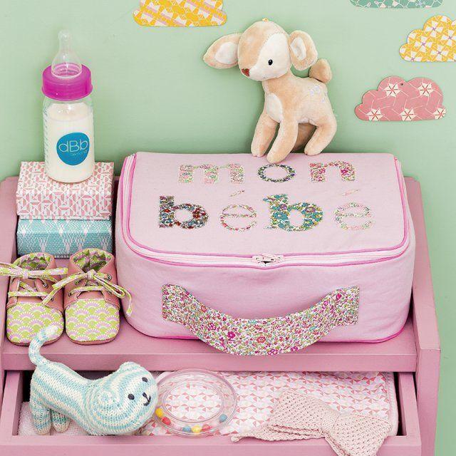 Une valise en popeline rose pour bébé