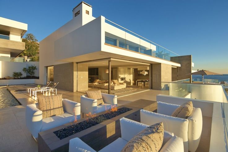 La casa es de color blanca. Se situa al lado de mar. Al exterior hay una piscina.