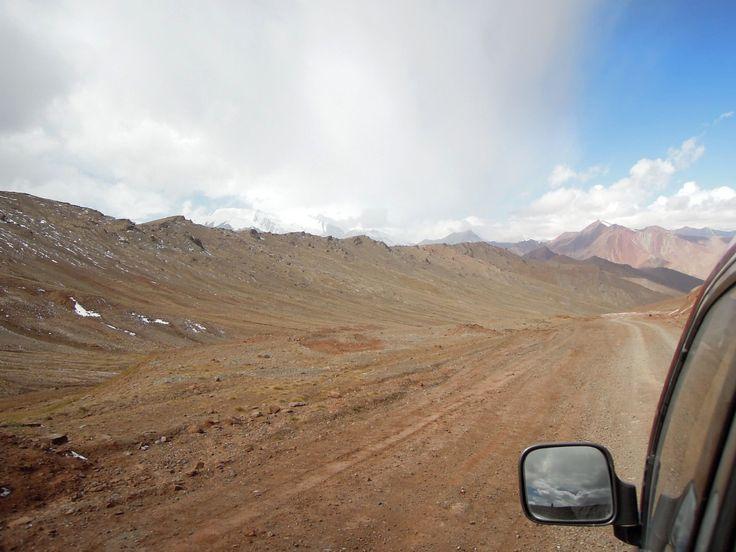 https://flic.kr/p/wAsBct | Wolken deuten auf Wetterumschwung | Weiter im Süden (Pamir) wurde es gestern richtig deutlich, daß der Sommer (nicht nur nach Kalender) zu Ende ist. Mit großer Geschwindigkeit drängten Luftströmungen über dem Gebirge heran und brachten Wolken. In der letzten Nacht hatte es auf dem Grenzpaß sogar schon ein bischen geschneit und selbst beim Grenzübetritt fiel noch feiner Schnee.