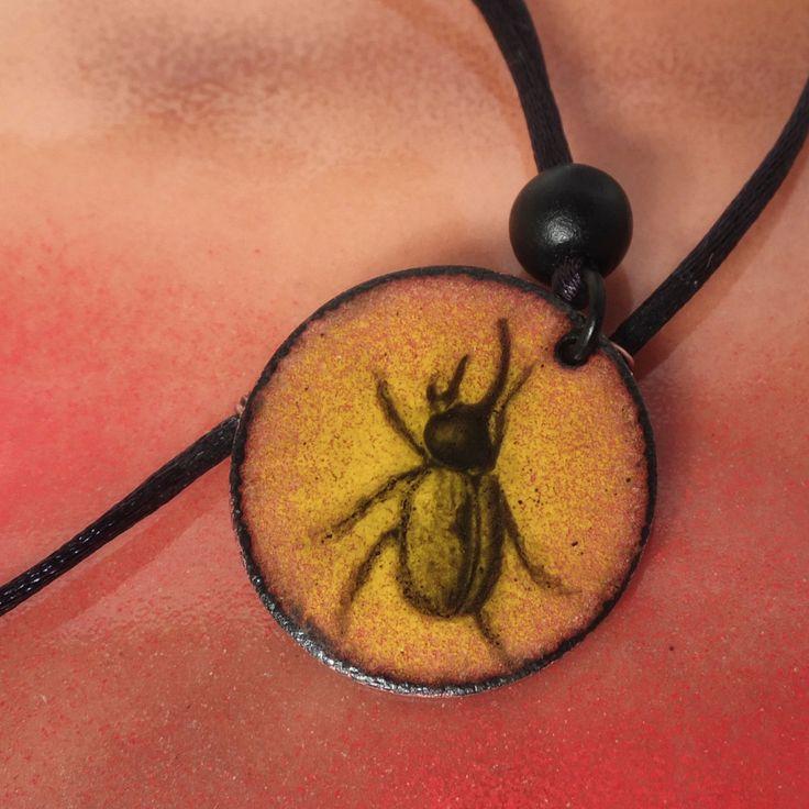 Pendentif émail sur cuivre, rond, scarabée d'or, collier ajustable de la boutique emauxlumini sur Etsy