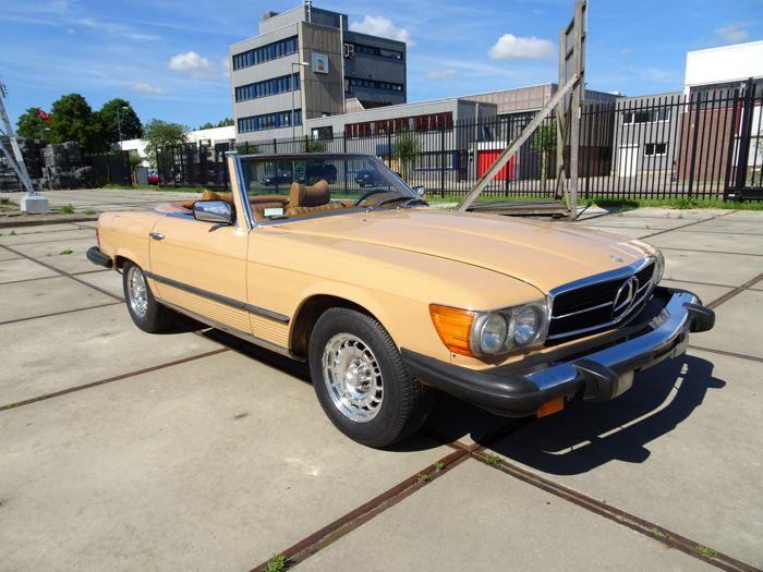 Mercedes-Benz - 450SL Roadster (Cabriolet) - 1978  Laat deze kans niet liggen en wordt de nieuwe eigenaar van deze tijdloze klassieke Mercedes cabriolet! Het betreft hier een NO RESERVE VEILING. Van deze Mercedes-Benz cabriolet zijn slechts 7434 stuks geproduceerd in 1978. De R107 verving de W113 (Pagode) in 1971 en werd opgevolgd door de W126C in 1981 voor de coupé-modellen (SLC) en door de R129 in 1989 voor de cabriolet modellen (SL). Deze Mercedes verkeert in nette staat en is recent nog…