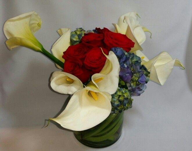 Alcatraces, rosas y hortensias azules