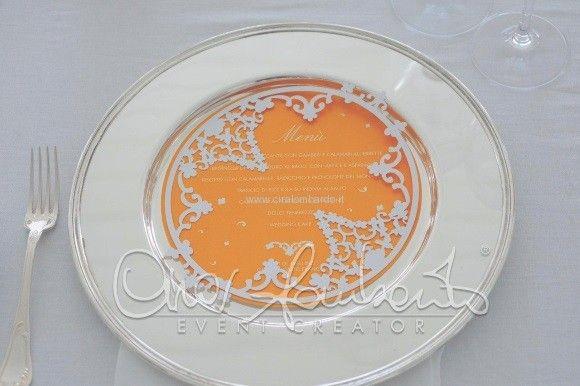 Intagli e merletti per i dettagli personalizzati di un matrimonio dalle atmosfere allegre e solari.