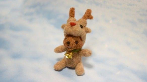 羊毛フェルトで作ったコグマさんのミニマスコット人形です。☆作品紹介 サンタと仲良しのトナカイコスチュームのコグマさん。お気に入りのベルを付けて、今日もサンタさ...|ハンドメイド、手作り、手仕事品の通販・販売・購入ならCreema。