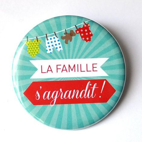 1 Magnet / Aimant frigo Diamètre 56 mm La famille sagrandit ! A offrir à la famille ou aux amis pour annoncer une grossesse de manière originale et pour que chacun garde un petit souvenir spécial de cette annonce. NB : les couleurs et les textes ne sont PAS personnalisables. Si vous
