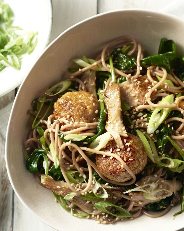 Sobanoedels hebben de textuur van volkorenspaghetti en een licht nootachtige smaak. Heerlijk bij deze Japanse kippenballetjes met oesterzwammen.